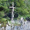 krzyz z 1888 ulokowany na skale serpentynie