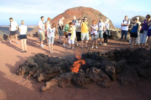 Wiązka chrustu wrzucona w ten mały krater zapala się natychmiast. Ziemia jest tutaj tak ciepła, że prawie parzy przez obuwie..