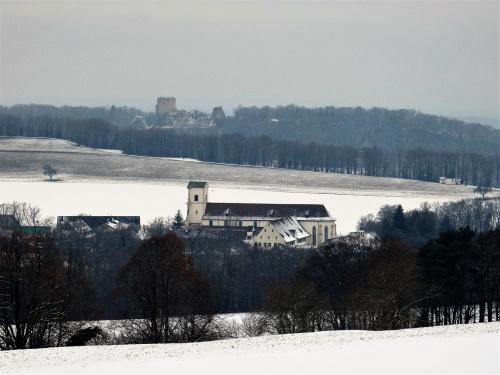 klasztor Mariastein a na horyzoncie ruiny zamku Landskron już we Francji
